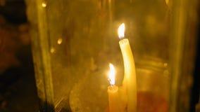 Stearinljus i en traditionell asiatisk lykta, ett religiöst ställe av dyrkan _ arkivfilmer
