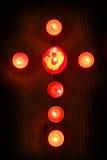 Stearinljus i ett kors Royaltyfria Bilder