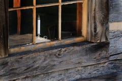 Stearinljus i fönstret Arkivfoto
