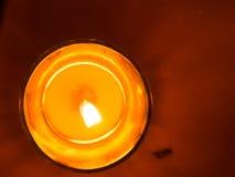 Stearinljus i glass krus som sätts som romantiska lampor Arkivfoto