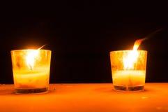 Stearinljus i glass krus som sätts som romantiska lampor Royaltyfria Bilder