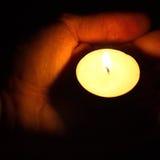 Stearinljus i händerna Royaltyfri Fotografi