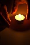 Stearinljus i händerna Royaltyfria Foton