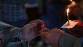 Stearinljus i händerna av troenden i den ryska ortodoxa kyrkan lager videofilmer
