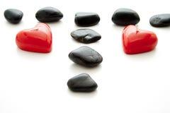 Stearinljus i hjärtaform med svarta stenar Arkivbilder