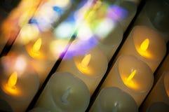Stearinljus i katolska kyrkan och att be, religiöst begrepp, mem Arkivfoton