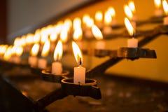 Stearinljus i kyrka. Makro royaltyfria bilder