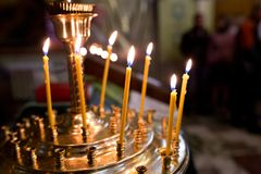 Stearinljus i kyrkan Arkivfoton