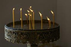 Stearinljus i kyrkan arkivbilder