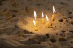 Stearinljus i kyrkan i sanden royaltyfria bilder