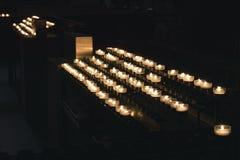 Stearinljus i ljusstakar i domkyrkan Arkivbilder