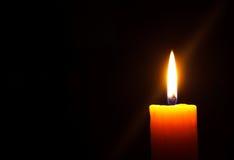 Stearinljus i mörkret Arkivbild