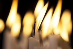 Stearinljus i mörkret Fotografering för Bildbyråer