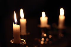 Stearinljus i mörkret royaltyfria foton