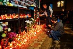 Stearinljus i minne av offer för Colectiv klubbatragedi Royaltyfri Fotografi