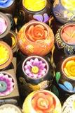 Stearinljus i olika former och blommor används i brunnsorten, och mottagningsrummet, masserar eller hem- garnering Fotografering för Bildbyråer