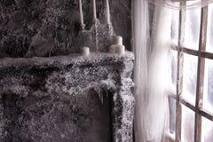 Stearinljus i rengöringsduken och snön Royaltyfri Foto
