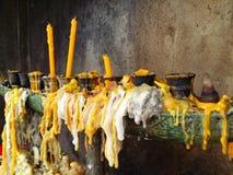 Stearinljus i templet på Thailand Fotografering för Bildbyråer