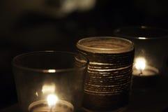 Stearinljus i vinden Arkivfoto