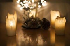 Stearinljus-, julljus och garnering i bokeh, ut ur fokus Fotografering för Bildbyråer