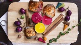 Stearinljus kanelbruna pinnar, bär, torkade balefruit på att hugga av b Royaltyfri Bild