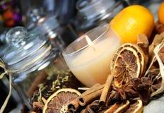 Stearinljus, kanelbruna sticks och torr orange Arkivbilder
