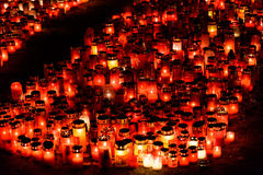Stearinljus Lit i minne av det 32 döda folket och 150na som såras i branden på klubban Colectiv Royaltyfri Foto