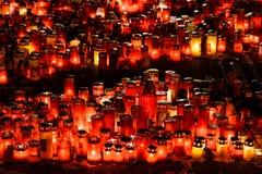 Stearinljus Lit i minne av det 32 döda folket och 150na som såras i branden på klubban Colectiv Arkivfoto
