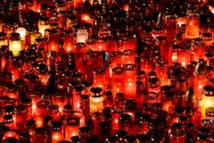 Stearinljus Lit i minne av det 32 döda folket och 150na som såras i branden på klubban Colectiv Arkivfoton