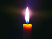 Stearinljus ljus i mörker Arkivbild