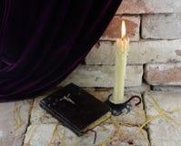 Stearinljus med bibeln Fotografering för Bildbyråer