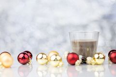 Stearinljus med dekorativa bollar för röd och guld- jul Arkivfoton