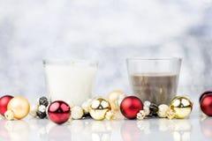 Stearinljus med dekorativa bollar för röd och guld- jul Royaltyfri Foto