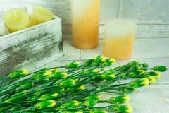 Stearinljus med gula blommor Royaltyfri Foto
