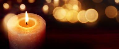 Stearinljus med guld- ljus Fotografering för Bildbyråer
