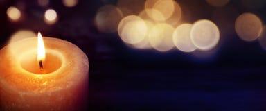 Stearinljus med guld- ljus Royaltyfria Foton