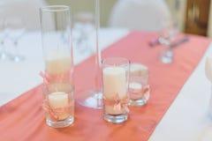 Stearinljus med rosa band på bordduken gifta sig för trappa för stående för brudbegreppsklänning Royaltyfria Foton