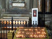 Stearinljus nära gravvalvet i Milan Cathedral royaltyfri foto