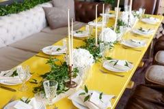 Stearinljus och bägare på en dekorerad brölloptabell Arkivfoto