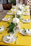 Stearinljus och bägare på en dekorerad brölloptabell Selektivt fokusera Arkivbild