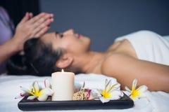 Stearinljus och blomma för massagebrunnsort Arkivbild
