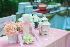 Stearinljus och blomma på bröllopet arkivbilder