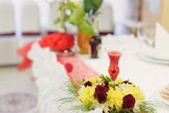 Stearinljus och blommor Arkivfoto
