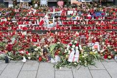 Stearinljus och blommor på jul marknadsför i Berlin Arkivbilder