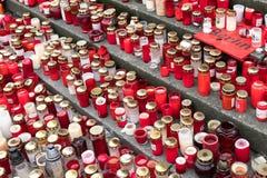 Stearinljus och blommor på jul marknadsför i Berlin Arkivfoton