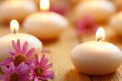 Stearinljus och blommor. Spa royaltyfria bilder