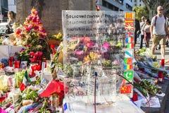 Stearinljus och blommor vid den Barcelona bombningen i Catalonia, Spanien Royaltyfri Bild