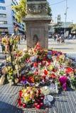 Stearinljus och blommor vid den Barcelona bombningen i Catalonia, Spanien Royaltyfri Foto