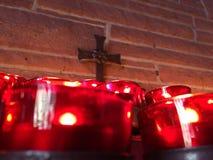 Stearinljus och ett kors Royaltyfri Bild