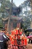 Stearinljus och incencepinnar som framme bränner av en tempelpagod Arkivbilder